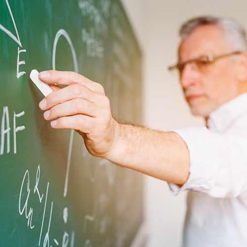 נפילת מורה מכסא בכיתה - יש פיצוי?