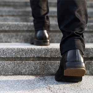 מדרגה שהיתה גבוהה ושונה מיתר המדרגות הביאה לפציעה